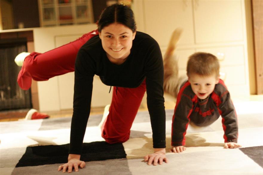 Egészséges életmód - anya és fia edz