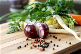 Egészséges táplálkozás - lila hagyma, színes bors és gyökérzöldség